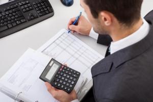 trader-calculating-profits
